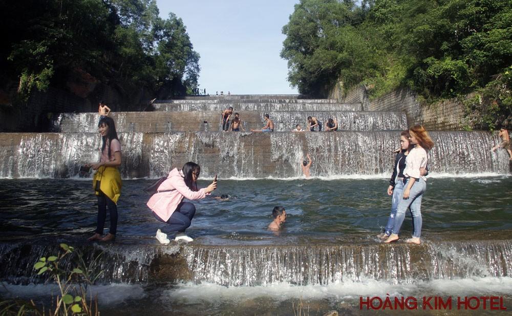 Thác nước nhân tạo 7 tầng ở hồ Hóc Răm (xã Hòa Tân Tây, huyện Tây Hòa) thu hút nhiều người đến tham quan, chụp ảnh - Ảnh: TRẦN QUỚI
